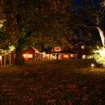 Tällbergsgården exteriör på kvällen, avstånd