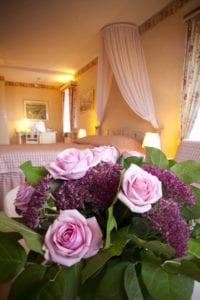 Dubbelrum med utsikt, blommor i förgrunden