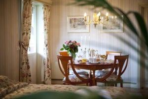 Svit med badkar och mysigt kök